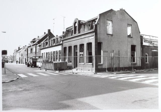 015276 - Stedenbouw. Stadsvernieuwing. Sloop van een pand op de hoek Bisschop Zwijsenstraat - Varkensmarkt. in augustus 1983. Het moest plaatsmaken voor de bouw van 59 wooneenheden vor studenten