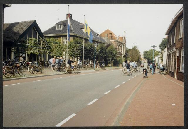 91568 - Album. Gemeentelijke Heemkundedag i.s.m. Heemkundekring De Vlasselt. Vertrek van het gemeentehuis.