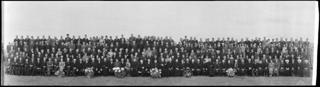 651344 - Groepsportret ter ere van het 25-jarig jubileum van onderwijzeres A.J. van Oirschot, 1938.