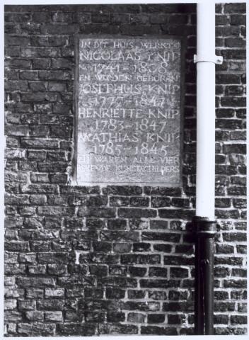 020443 - Gedenksteen aan de gevel van het pand Hasseltstraat 182, een wevershuisje, dat herinnert aan de kunstenaarsfamilie  bestaande uit Nicolaas Knip (1741-1808), Josephus Knip (1783-1842), Henriette Knip (1783-1842),  Mathias Knip (1785-1845), die hier eind 18e, begin 19e eeuw woonde en werkte