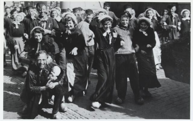 055632 - WOII; WO2; Hilvarenbeek, bevrijding. Deze foto van de bewoners van de buurtschap Hoog en Laag Spul werd gemaakt tijdens de viering van de bevrijding in 1945. Knielend op de voorgrond Jan Kiemeneij, achter hem Sjaan van Oort-Damen. Achter haar v.l.n.r: haar man Jan van Oort, Riet van Oort-Damen, Bets van Oort, N.N. en Cato van Dal. Geheel links achteraan met muts Riek van Gestel. Achter haar Johan van Oort. Rechts achter Jan van Oort met muts, Lies van Oort. Rechts achter haar Riet Damen, Kees van Gestel (van Koob van Bordjes). Helemaal rechts bovenaan(v.l.n.r): Miek Wijten-de Kort. Jan van de Broek en Jans van Oort.