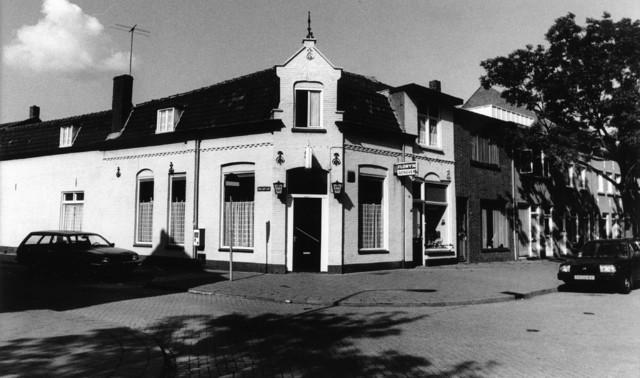 1238_F0375 - Kroeg in de stijl van een sociaal wijkhuis, tegenover de Besterd