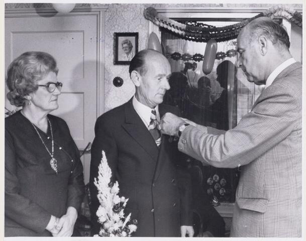 101099 - Koninklijke onderscheiding voor P. Smits tijdens zijn 40-ajrig jubileum bij de Zuidnederlandse Zeemindustrie N.V.