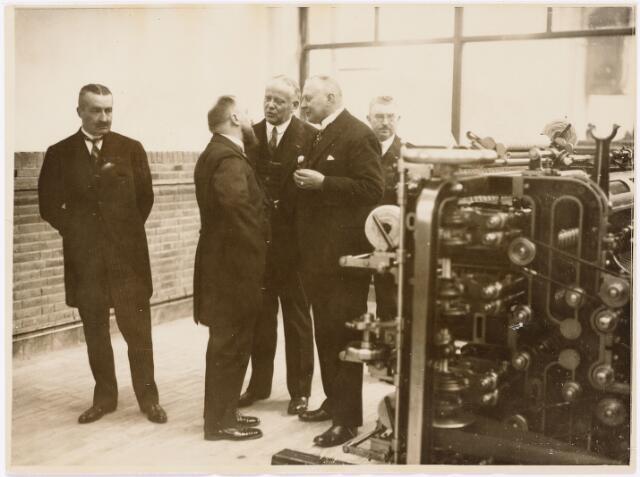 052160 - Onderwijs. Textielschool. Rondleiding officiële gasten. Tweede van links: dhr A. Handels (directeur) naast hem rechts, de toenmalige commissaris der Koningin Jonkheer van Rijckevorsel.