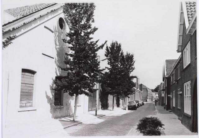 022877 - Jan Aartestraat. Vooraan links de voormalige Lancierskazerne, waarin later textielfabriek Beka zou worden gevestigd. Thans herbergt het pand, na een grondige restauratie, het Regionaal Historisch Centrum Tilburg, buurthuis Hoogvenne en een peuterspeelzaal.