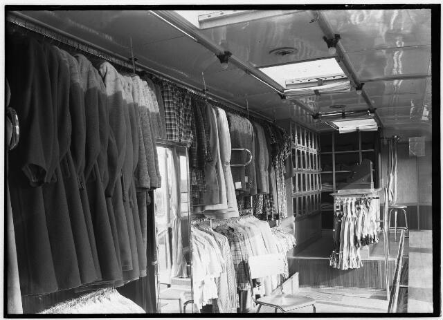 """050967 - Interieur van """"de Kleding Expresse"""" van de N.V. Algemene Nederlandse Confectie en Textielhandel van de gebroeders De Vries aan het Lijnsheike nr. 172a."""