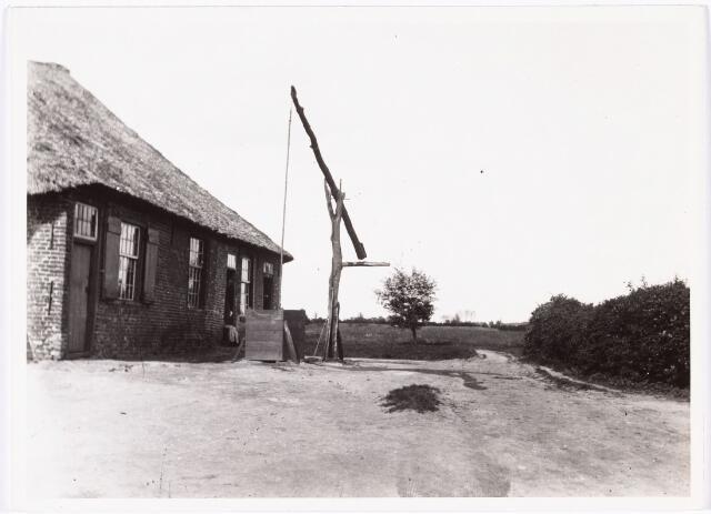 008546 - Achterzijde boerderij met vrouwen in deuropening en houten waterput op het erf, gefotografeerd door Henri Berssenbrugge (1873-1959), begin 1900.