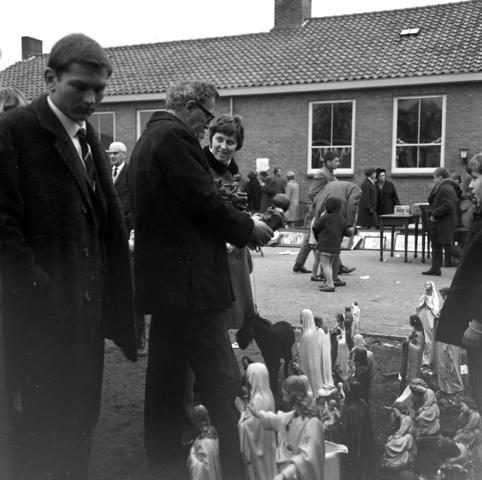 D-00841_3 - Vlooienmarkt in Diessen. Verkoop van heiligenbeelden en -schilderijen. Religieus erfgoed . Rooms leven
