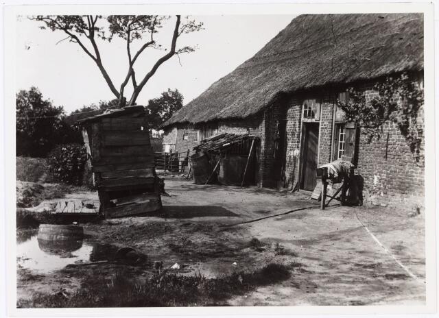 008552 - Rommelige achterkant boerderij met houten ´huisje´, gefotografeerd door Henri Berssenbrugge (1873-1959) begin 1900.