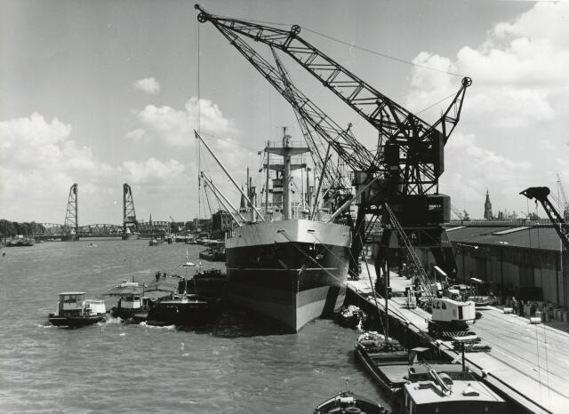"""602390 - Haven van Rotterdam. Op de achtergrond """"De Hef"""""""