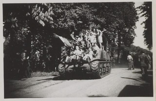058787 - WOII; WO2; Bevrijding 1945. Links het 'Slotje'.