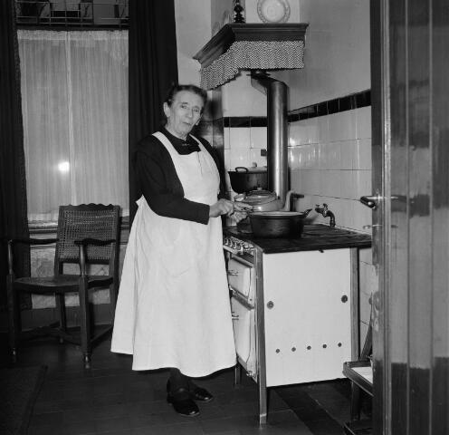 050680 - Pastorie, Ringbaan-West. Huishoudster (pastoorsmeid) van pastoor W.J.J. de Klijn.