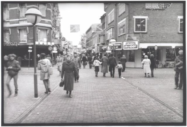 021927 - Heuvelstraat ter hoogte van de kruising met de Willem II-straat (links) en Stadhuisplein (rechts), gezien in de richting van de Heuvel