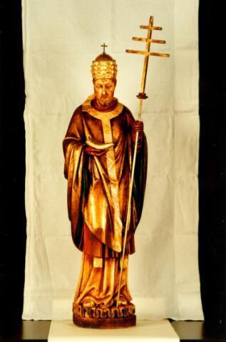 """054697 - Beeld van de H. Cornelius, paus en martelaar, in de kerk van Esbeek. De verering van Cornelius in deze kerk dateert van 1898, toen pastoor Jurgens de beschikking kreeg over enige relikwieën van deze heilige. Door zijn opvolger, pastoor Van Dijk, werd op 8 september 1901 de broederschap van de H. Cornelius opgericht. Door zijn voorspraak hoopte men bevrijd te blijven van """"stuipen, vallende ziekte, beroerte en ander zenuwlijden"""" Ook werd zijn hulp ingeroepen bij ziekten van het hoornvee. De broederschap werd in 1972 opgeheven."""