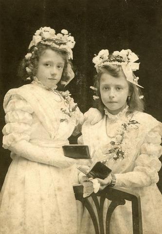 200473 - Berdina van de Put *01-11-1900 en Johanna van de Put *23-04-1899 doen hun Communie.