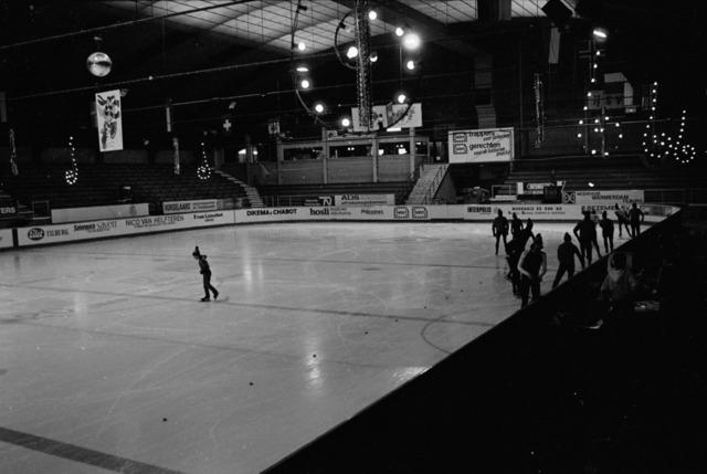 656863 - Schaatsfeest IJsvrij in de Pellikaanhal. Georganiseerd in samenwerking met de ANWB op 9 februari 1985.  Sport. Schaatsen. Schaatsbaan. IJsbaan.