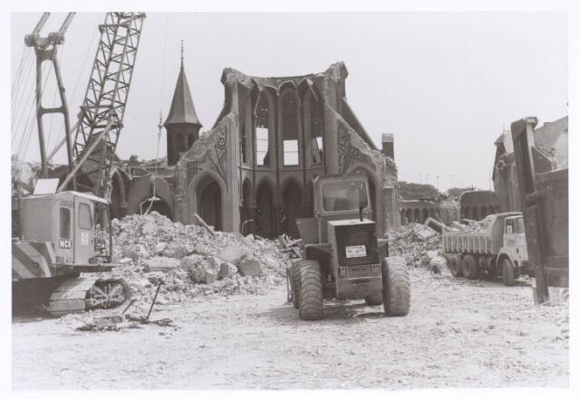 020126 - Sloop van de kerk van het Heilig Hart, parochie Noordhoek, in 1975. De kerk werd gebouwd in 1897/1898 naar een ontwerp van dr. P.J.H. Cuypers