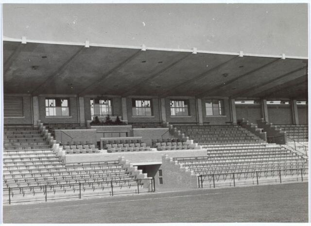 019756 - Hoofdtribune met spelerstunnel van het gemeentelijk sportpark aan de Goirleseweg