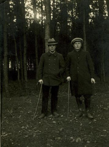 """082797 - Jan Hermans,  """"commies rijksbelastingen""""  (rechts) """"op dienst"""" met een van zijn collega's. Johannes Hubertus Hermans werd geboren te Kessel op 25 juli 1893 als zoon van Hub Hermans en Sybilla Janssen. Op 7 juni 1917 werd hij door de inspecteur van de directe belastingen, invoerrechten en accijnzen te Enschede beêdigd als kommies 3e klasse bij de genoemde dienst. In Goirle was hij werkzaam aan de grens als """"dienstgeleider der kommiezen"""", maar door zijn slechte gezondheid werd hij in 1933 overgeplaatst naar Tilburg. In Goirle werd Hermans opgevolgd door H. van der Meijs, """"dienstgeleider"""" te Baarle-Nassau. Een jaar later, op 26 augustus 1934, overleed Jan Hermans te Tilburg. Bij zijn begrafenis werd hij geprezen als een ambtenaar die altijd bereid was om zijn plichten te vervullen. Hierbij aanwezig waren o.a. de heer Reijntjes, inspecteur der belastingen in Tilburg, kommies-verificateur Mommersteeg, hoofdkommies Slager en de dienstgeleiders Boom uit Tilburg en Van der Meijs uit Goirle. Zijn weduwe, Anna Maria Cornelia van Dun, keerde na zijn dood met haar drie kinderen terug naar Goirle."""