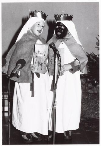 053154 - Driekoningen zingen in wijkgebouw Groeseind op 6 januari 1981