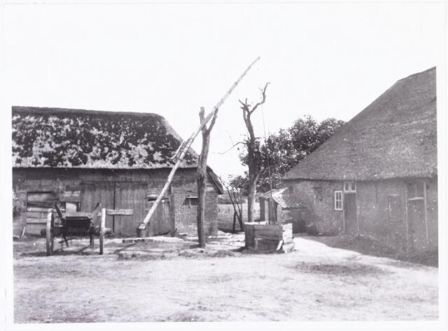 008579 - Boerderij met stal en erf, gefotografeerd door Henri Berssenbrugge (1873-1959) in 1923. Op het erf een houten waterput en een mestkar.