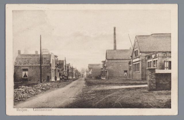 """058030 - Rijen, Gillisstraat omstreeks 1929, een gezicht op de coöperatieve stoomzuivelfabriek """"De Hoop"""". Het bedrijf werd in 1926 hier gebouwd, omdat de oude fabriek in de Wilhelminastraat te klein was. Achter de fabriek stond de directeurswoning, bewoond door A.C. Haagh. Achteraan rechts de in 1912 de opgerichte lederfabriek van de firma gebroeders van de Steen. Links vooraan ziet u de woning P. Pijpers, machinist van de zuivelfabriek, gebouwd in 1924, en verder de woningen van de looiers A. en L. Peerden. Het open gedeelte links zou eerst in 1930 bebouwd worden."""