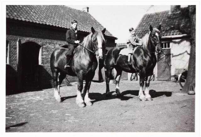 008116 - Op het erf van boerderij Willemse- de Brouwer aan de Broekhovenseweg ter hoogte van de Radiostraat ± 1940. Rechts het bakhuis.
