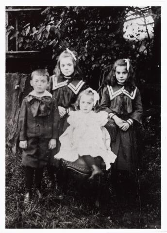 008071 - kinderen Henricus Cornelis Vorselaars en Petronella Cecilia Schellekens. v.l.n.r. Adrianus geboren 16 april 1898, Anna geboren 14 augustus 1894, Jet geboren 31 maart 1901, Dien geboren 29 februari 1896, (allemaal te Tilburg)