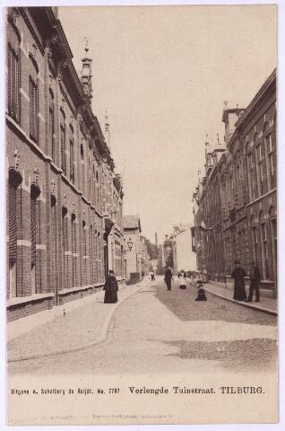 002687 - De Tuinstraat vanaf de Langestraat (links) richting Willem II-straat. De foto werd genomen vanuit de Verlengde Tuinstraat. Links op de hoek van de Langestraat het pand Tuinstraat M1369/M1370, vanaf 1910 Tuinstraat nr. 63 en nr. 61. Het pand werd in het begin van de 20e eeuw gebouwd door de familie Mathijsen. Rond 1910 woonde op nr. 63  koopman Augustinus R.M. Mathijsen. Na zijn dood in 1916 zijn zoon Francois J.M. Mathijsen, grossier in manufacturen. Hij verhuisde in 1928 naar Brussel. Op nr. 61 woonde rond 1910 de gezusters Nathalie Th.C. en Maria A.A. Mathijsen. Na hen woonde er in de jaren 1922-1927 assurandeur Caspar M.V.J. Houben. Het eerste huis rechts maakt deel uit van een pand bestaande uit drie woningen, nu Tuinstraat 76 t/m 80. Het pand op de ansichtkaart, M1281, vanaf 1910 nr. 76, werd rond 1900 bewoond door boekhouder F.C.M.P. de Bresser. Het pand daarnaast (met dakkapel) werd gebouwd in 1898 en bestaat uit twee woningen M1279 en M1280, vanaf 1910 Tuinstraat 72/74.  Deze huizen werden rond 1900 bewoond door de gezusters Antonia en Anna Sarazin en boekhouder G. Visser. Vervolgens het gebouw van de R.K. Gildenbond, eveneens gebouwd in 1898.