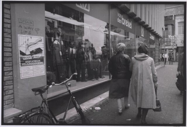 023421 - Herenkledingzaak Van Den Brekel in de Juliana van Stolbergstraat, hoek Heuvelstraat, in 1981