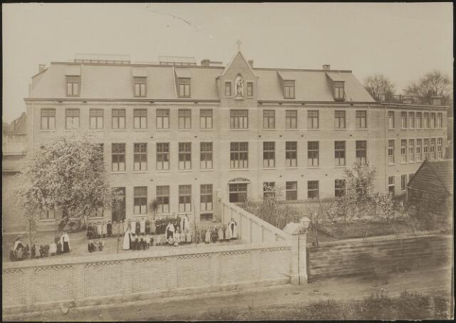 """603751 - Kindertehuis St. Anna St. Joseph (later """"Maria Goretti"""") gezien vanaf de melkfabriek aan de Stedekestraat. De verzorgsters waren de Zusters Karmlietessen van het Goddelijk Hart van Jezus."""