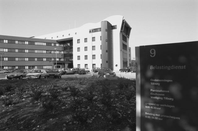 TLB023000388_001 - Belastingkantoor naar ontwerp van E.G.M. Architecten uit Dordrecht. Het kantoorgebouw is in 2018 getransformeerd naar een modern woongebouw met 150 studenten-appartementen .