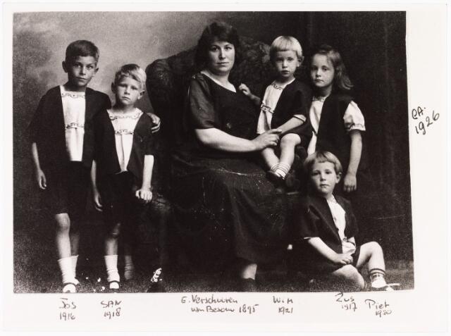 008053 - Familiefoto; Familie Verschuuren-van Besouw. v.l.n.r. Jos (1916), San (1918), G. Verschuuren-van Besouw (1895), Wim (1921), Zus (1917), Piet (1920)