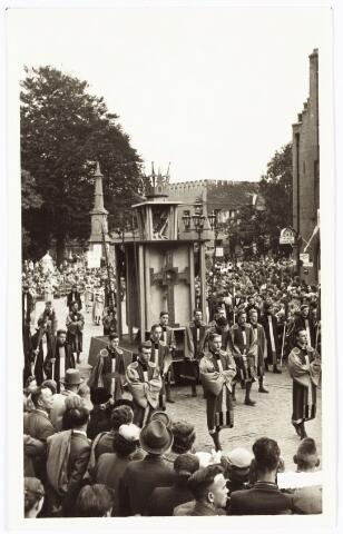 009254 - H. Hartstoet. wagentrekkers en Apotheosewagen van het H. Kruis.