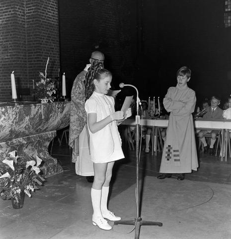 1237_012_983-1_007 - Religie. Kerk. Communicanten. De eerste Heilige Communie in de Maria Boodschap kerk in Goirle in mei 1971.