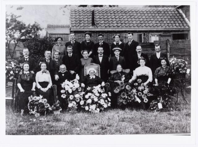 007701 - Op 10 augustus 1921 vierde Jan Baptist Remmers en Maria Catharina Mommers hun veertigjarig huwelijksfeest. Op de foto het echtpaar met schoonmoeder en kinderen.