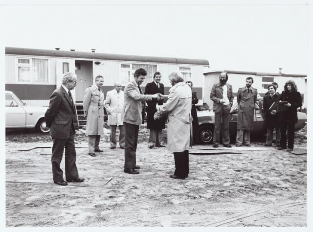 """063068 - De bouw van de Sporthal """" 't Ruiven"""" aan de Vlierakkerweg 4 (burgemeester Meijs overhandigt een geschenk)"""