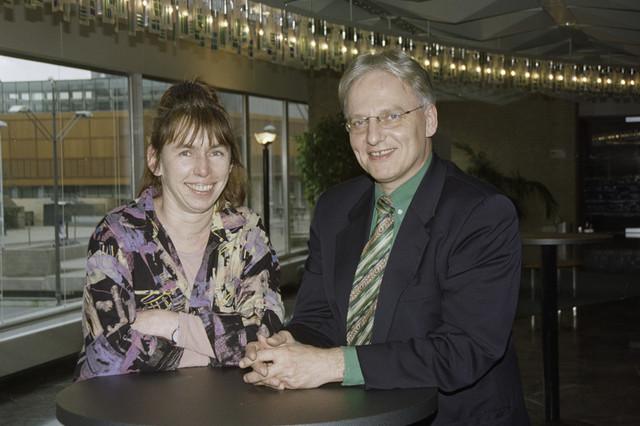 TLB023001169_001 - Annemiek Hamers (stichting Mooi zo, Goed zo) en wethouder Wim Luijendijk