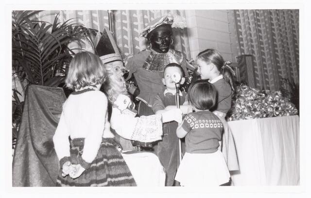 038894 - Volt. Zuid. Ontspanning. Viering Sint Nicolaas voor de kinderen van het personeel in 1959. Sinterklaas.