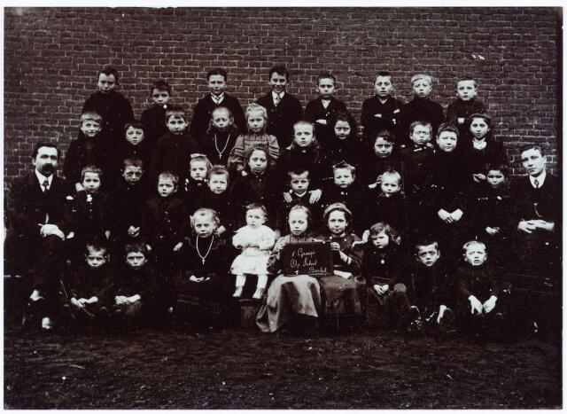 062063 - Basisonderwijs. Klassenfoto.  Leerlingen van de openbare school te Berkel. Het kleine kind in het wit op de eerste rij is Everard van Mensvoort. links zijn vader Nico van Mensvoort en rechts meester Thijs van Bragt.