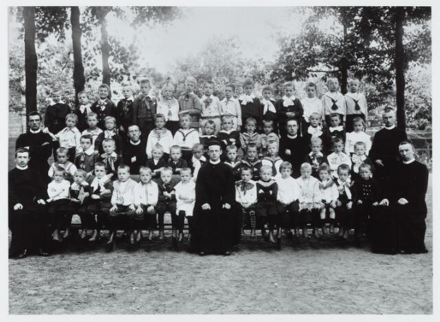 051296 - Basisonderwijs. Klassenfoto r.k. lagere school. De Leoschool in 1907.