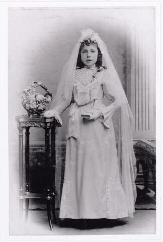 011925 - Bertha van Puijenbroek geboren te Tilburg 12 november 1893 aldaar overleden 8 december 1979. Zij trouwde met Louis van Dal. De foto werd genomen ter gelegenheid van haar eerste communie. Haar ouders waren Bernardus Puijenbroek (bakker) en Antonia Smulders 24-9-1918.