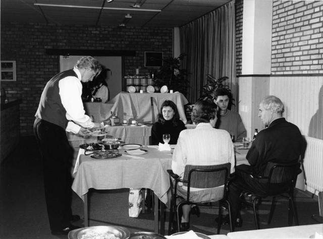 1238_F0262 - Onderwijs. Oefenen in het serveren, vermoedelijk in een schoolrestaurant.