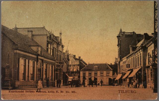 010399 - De Oude Markt, voorheen de Markt. Links een pomp bij het huis van J.M. van Roessel, die een winkel dreef in koloniale waren. Dit huis was het geboortehuis van Johannes Antonius de Beer. Hij werd er geboren op 15 november 1821 als zoon van Jan Baptist de Beer en Antonia van de Put. Hij studeerde in Turnhout en later aan het klein- en groot-seminarie. Op 15 september 1845 trad hij in bij de fraters van Tilburg. Datzelfde jaar werd hij priester gewijd en een jaar later werd hij als frater Franciscus Salesius tot eerste superior (overste) van de fraters aangesteld. Van 1861 tot 1900 was hij algemeen overste van deze congregatie.