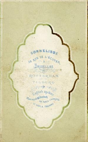 602970 - Achterzijde van een carte-de-visiteportretje, vervaardigd door fotograaf Petrus J. Cornelisse. Cornelisse was een korte tijd als fotograaf werkzaam in Tilburg en had daarnaast ook vestigingen in Brussel en Rotterdam. Visitekaartje.