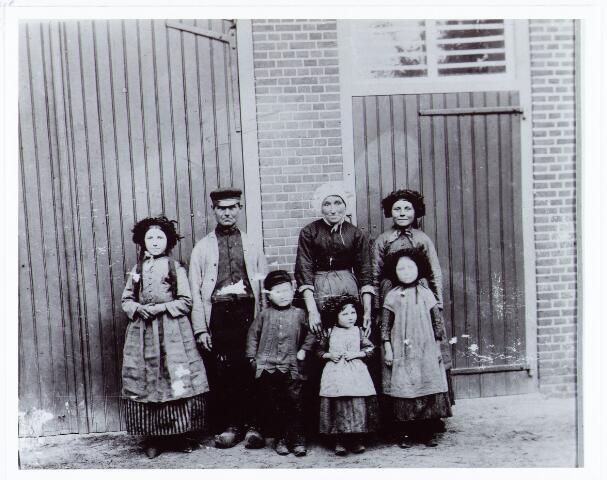 062016 - Gezin Kuijpers te Berkel-Enschot aan de Burg. Brendersstraat uit ongeveer 1895 een van de oudste kiekjes van Berkel-Enschot.Tweede van rechts Hendrikus Kuijpers, die werkzaam was bij de Berkelse steenfabriek van L. Swagemakers. Rechts van hem zijn vrouw Anna Kuijpers-Vermeer. Zij trouwden op 3 mei 1877. De kinderen v.l.n.r. Johanna, Gerardus, Wilhelmina, Antonia en boven haar Adriana Kuijpers. Gerard (Graard) Kuijpers werd op 1 januari 1989 100 jaar; hij overleed in Berkel in mei van dat jaar en werd met gilde-eer te Berkel begraven