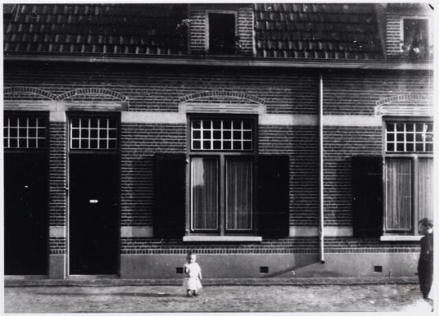 046322 - Van rechts naar links de panden Kalverstraat nr. 13-15-17. Het kleine meisje op de voorgrond is Gertrudis Elisabeth Francisca Maria  (Rud) Mes, geboren te Wijchen 3 oktober 1916. Haar ouders, fabrikant Jan Mes en Jo van Besouw, woonden in het huis achter haar (nr. 15). De familie Mes verhuisde in 1919 naar een villa aan de Tilburgseweg. Rond 1950 woonden in deze huizen van links naar rechts: Neel van Gestel-van Boxtel, bedrijfsleider bij Cöop. de Hoop, Jan Otten-van de Pol en Jan Mallens-de Jong. Jan Mallens was bode van het Centraal Ziekenfonds. Tijdens de Tweede Wereldoorlog woonde in pand nr. 15 Duitser August E. (Ernst) Glock, geboren te Hagen (D) op 17 mei 1913 en na juni 1944 vermoedelijk in Oost-Europa gesneuveld, en zijn vrouw Catharina C. (Toke) Otten, geboren te Goirle op 23 september 1907 en door een granaatscherf om het leven gekomen tijdens de bevrijding van Goirle op 13 oktober 1944.