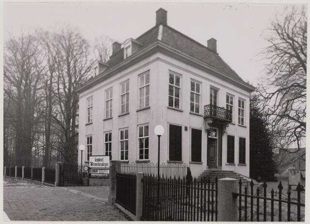 104319 - Kastelen. Slotje Brakestein. Ridderstraat.Slotje Braekenstijn aan de Ridderstraat werd in de 15e eeuw gebouwd en is daarmee het oudste van de Oosterhoutse slotjes. Vanaf 1835 bewoond door de familie van Oldeneel tot Oldenzeel. Vroeger was het aan alle kanten omgeven door water dat in een delingsakte uit 1832 nog werd omschreven als plaisiergrachten. Nadat in 1977 de laatste telg uit dit geslacht overleed, diende het slotje ankele jaren als partycentrum en daarna als kantoorpand