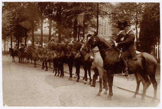 048876 - Ruiters op het Korvelplein ter gelegenheid van de kroningsfeesten bij de troonsbestijging van koningin Wilhelmina in 1898.