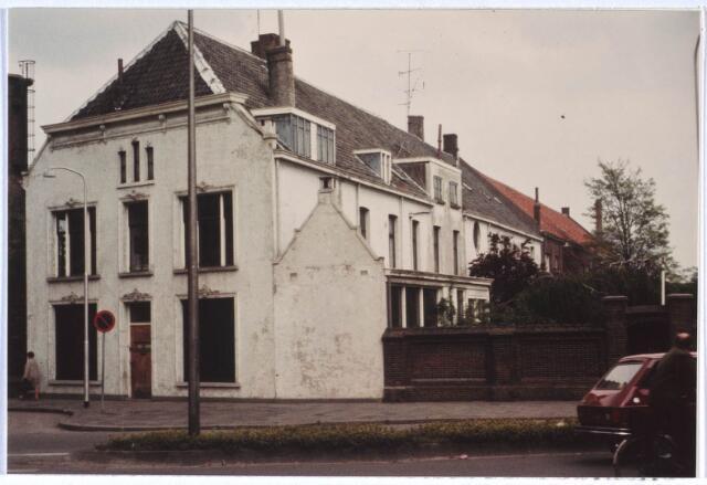 024546 - Het voormalige woonhuis van de familie Verschuuren - De Bont aan het Korvelplein voor de restauratie. Daarna vestigde er zich een apotheek